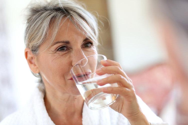 Πόσο νερό πρέπει να πίνουν οι ηλικιωμένοι - grandmama